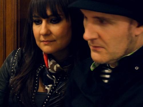 Imagen de AMARAL durante la entrevista