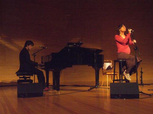 Los Peces actuaron con piano de cola y voz
