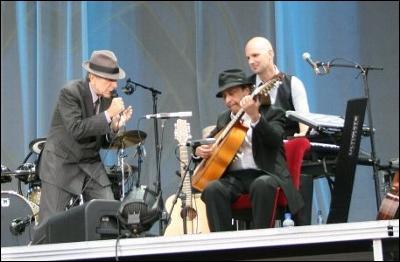 LEONARD COHEN junto al guitarrista zaragozano JAVIER MÁS