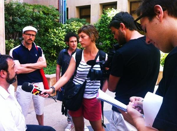 Foto: Braulio Cantera (Patxi) de Interpeñas atienda a los medios junto a otros implicados en el sector musical aragonés. Por: Aragón Musical.