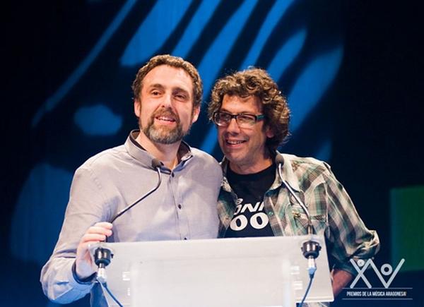 Foto: ALBERTO GENZOR (a la derecha) en los pasados Premios de la Música Aragonesa junto a Manolo Estarreado de Rock FM.