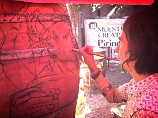 El artista LUIS DÍEZ comenzando su trabajo sobre una barrica