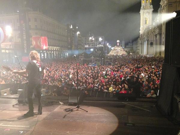 El público durante la intervención de LAS NOVIAS