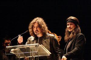 Pedro Andreu recogiendo, junto a Joaquín Cardiel, una estatuilla en los 15ª Premios de la Música Aragonesa Aragón Musical