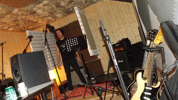 Yago Alonso, de Voyeur, grabando voces del disco