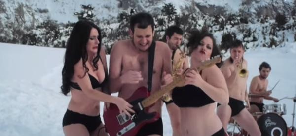"""Fotograma del vídeo """"Ritmo Veraniego"""" de Dadá"""