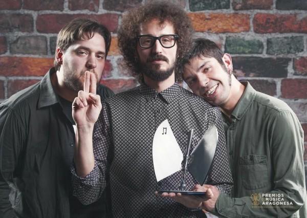 Domador tras recoger su estatuílla en los XVI Premios de la Música Aragonesa. Por: Jal Lux.