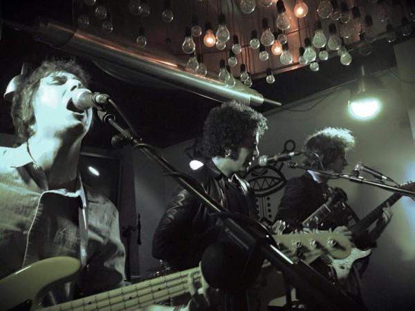 Globo durante su concierto de inicio de etapa en La Lata de Bombillas de Zaragoza