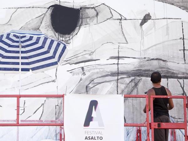 El artista Ino durante el Asalto 2014