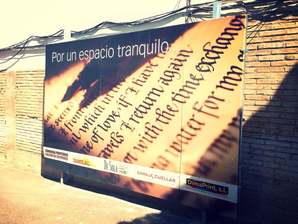 Cartel que tapa la salida de emergencia anterior del local. Por: Aragón Musical.