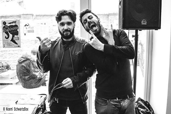 Los músicos Alejandro Castro y Diego Estabilito, conductores del podcast 'Desayuno con Vinilos'. Por Noemí SchwartzBox.
