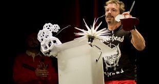 Tako recogiendo una estatuílla en los XIV Premios de la Música Aragonesa