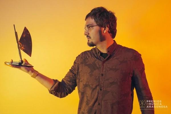 Copiloto tras recoger su disco a mejor álbum por'Los puentes hundidos'. Por Jal Lux para Aragón Musical.