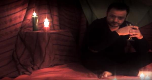 Fotograma del videoclip'Que no se extinga' de Carlos Sobreviela