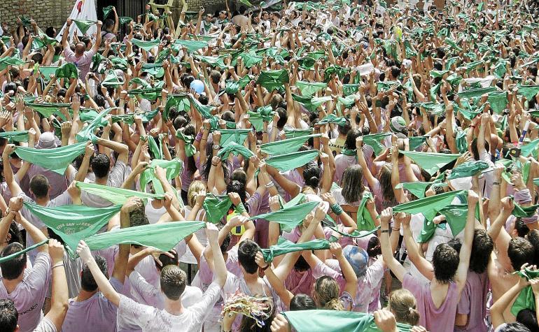Fiestas de san lorenzo de huesca. peña los que faltaban ponen el pañuelo al santo / Foto de Javier Blasco / 9-8-09