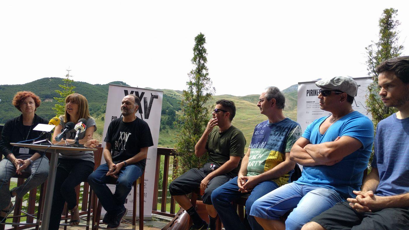 Parte del equipo de Pirineos Sur con varios integrantes de los grupos, Chancha Vía Circuito, Rumbanamá, Cuban Beats all stars y Chico Trujillo.