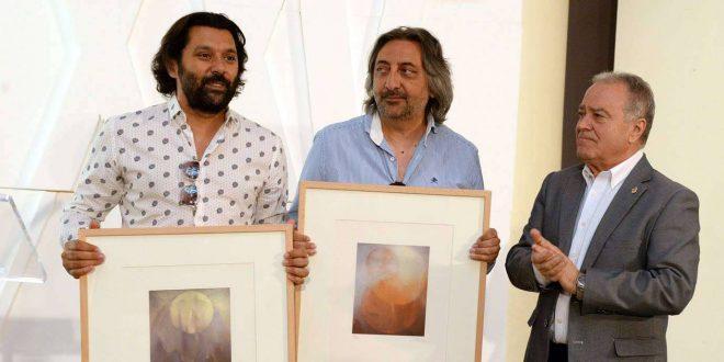Los hermanos Juan Y Josemi Carmona recogiendo su premio Pirineos Sur en nombre de Ketama de manos de Miguel Gracia, presidente de la Diputación Provincial de Huesca.