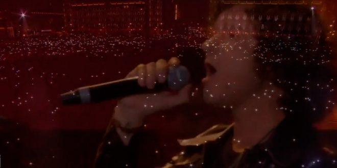 Bunbury en uno de los momentos de su actuación en el Zócalo de México, en el festival Estamos Unidos Mexicanos