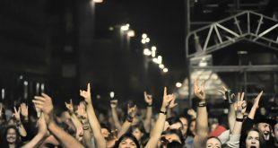 El público en el aniversario de Aragón Musical de 2017 desde la plaza del Pilar en plenas Fiestas del Pilar