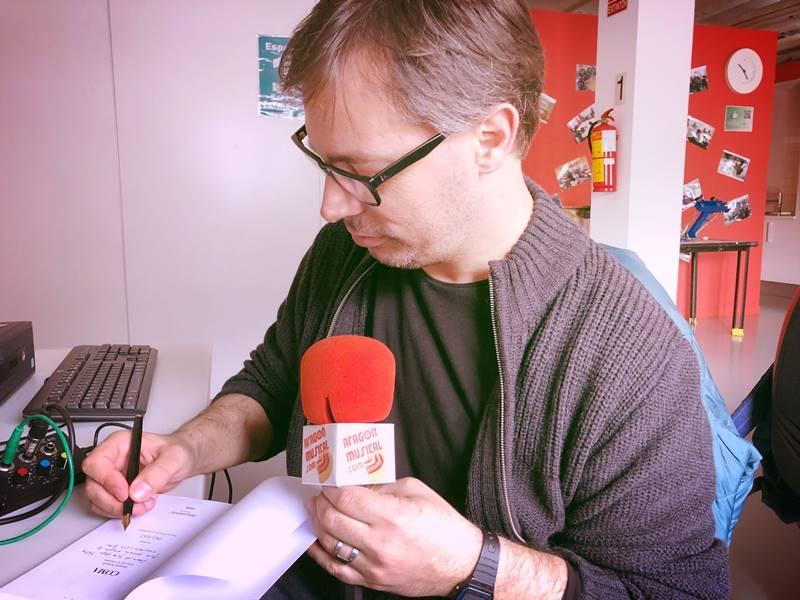 Quique Artiach firma su libro a Sergio Falces tras grabar el podcast Diez #38