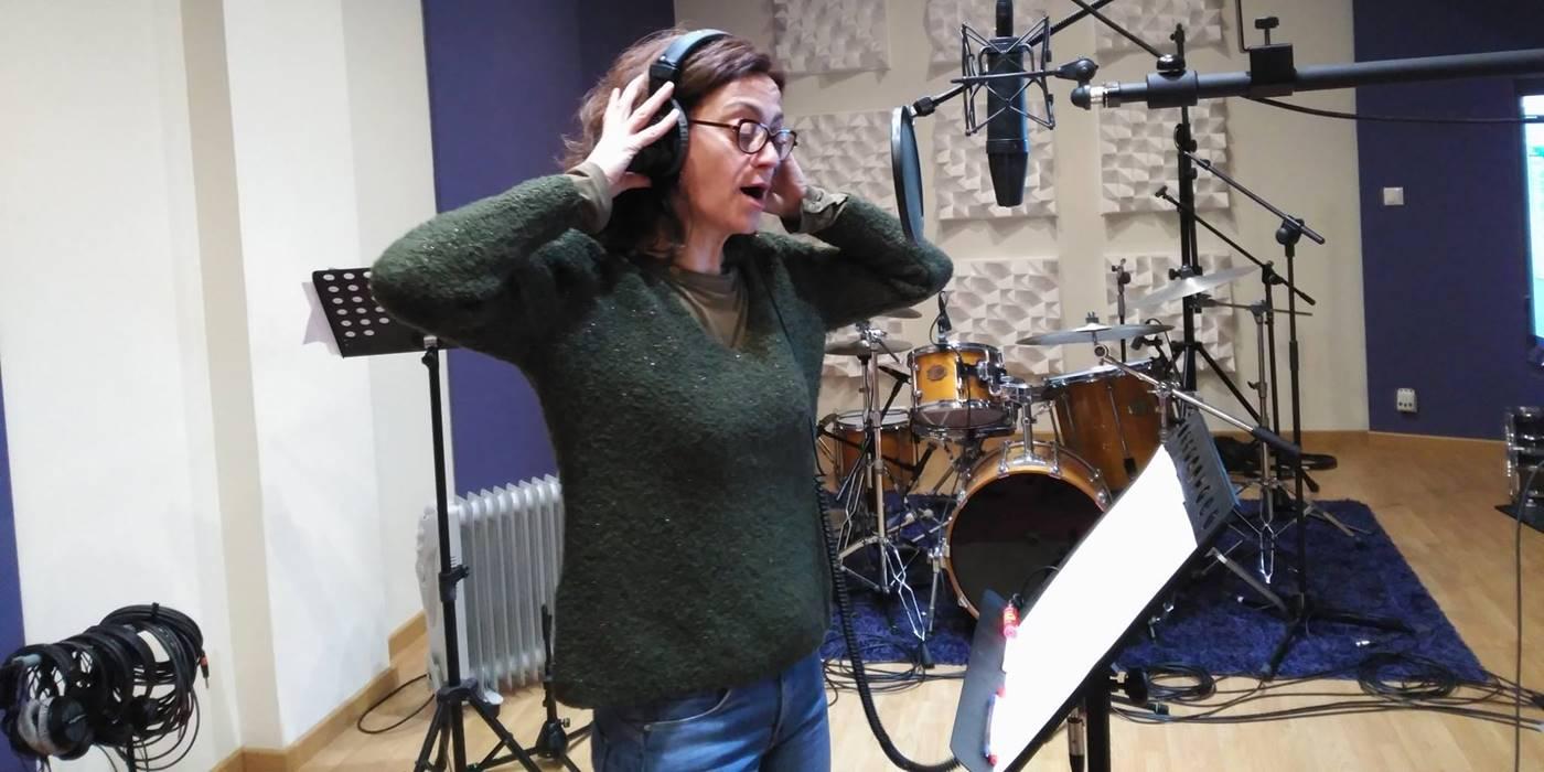Carmen París grabando su colaboración en el disco'Ver para creer' desde estudios Luna Nueva
