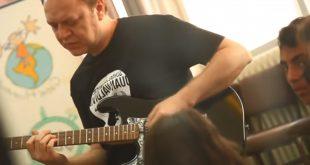 Imagen del vídeo con el que Juan Valdivia da a conocer el proyecto de musicoterapia de Jordania.