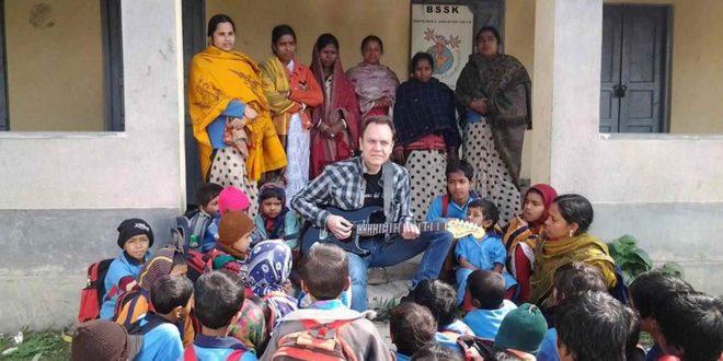 Juan Valdivia durante la inauguracón de la escuela que lleva su nombre en Baruipur (India).
