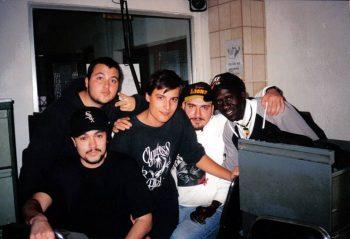 Foto de hace años con Rebel abajo a la izquierda tras grabar en Radio Mai el programa Espezial Zulú con DJ Potas (con gorra y barba)
