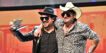 21 Premios de la Música Aragonesa - Cuti Vericad tras recibir por sorpresa el Premio a la Trayectoria de manos de Carlos Segarra de Los Reberles en los 21º Premios de la Música Aragonesa. Foto de Ángel Burbano.