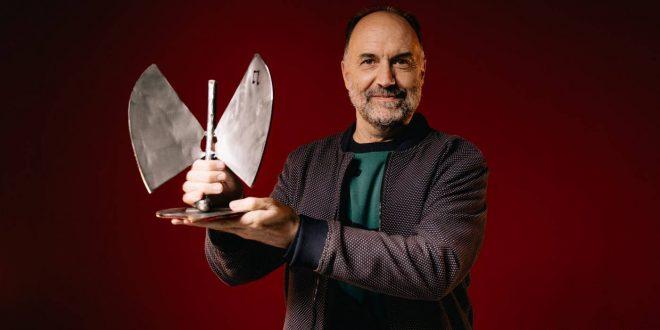 Luis Lles tras recoger el trofeo por el festival Periferias en los 21º Premios de la Música Aragonesa, desde Huesca.