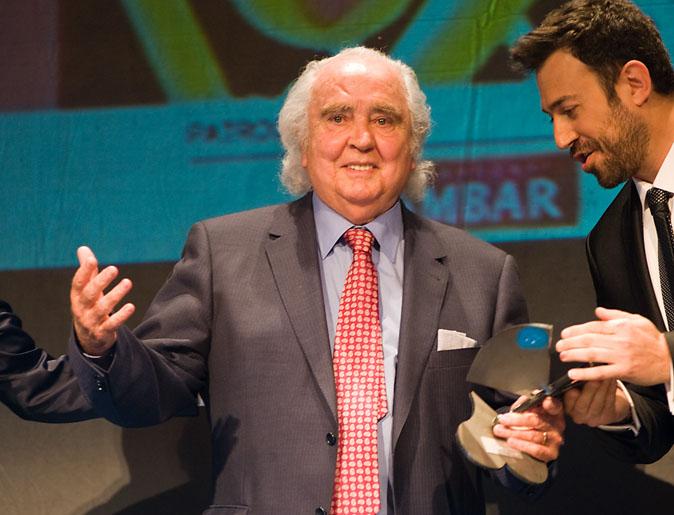 Antón García Abril tras recoger la categoría a la trayectoria en los 15º Premios de la Música Aragonesa Aragón Musical. Foto de Beatriz Pitarch.
