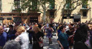 Gente bailando a las puertas de Zaragoza Cultural con La Libertina dentro del ciclo 'Baile en la plaza' de la Asociación Cultural Laqtspera (2015). Foto de Aragón Musical.