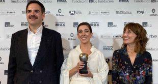 Parte del equipo de 'Con lo bien que estábamos' con uno de los trofeos de los Premios Max 2021