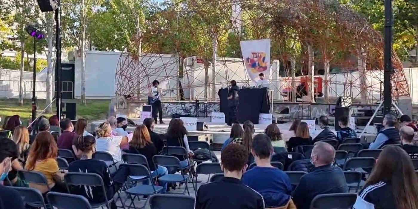 Sillas vacías en el concierto de Albany desde El Jardín de Tosos durante el Pilar 21